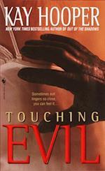 Touching Evil af Kay Hooper