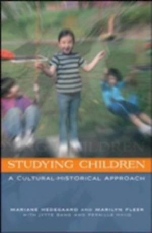Bog, paperback Studying Children af Mariane Hedegaard, Marilyn Fleer