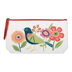 Bog, ukendt format Avian Friends Embroidered Handmade Pouch af Galison