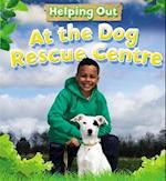 Helping Out: At the Dog Rescue Centre af Judith Anderson