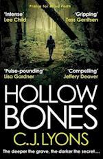 Hollow Bones af C. J. Lyons