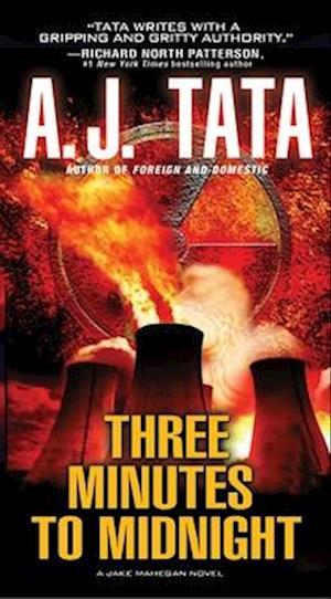 Bog, paperback Three Minutes to Midnight af A. J. Tata