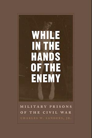 Bog, paperback While in the Hands of the Enemy af Charles W. Sanders