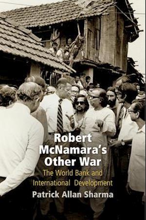 Bog, hardback Robert Mcnamara's Other War af Patrick Allan Sharma