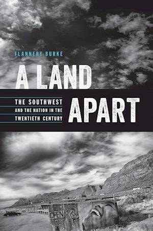 Bog, hardback A Land Apart af Flannery Burke