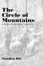 The Circle of Mountains af Sandra Ott