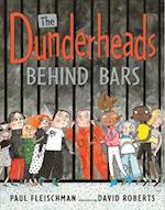 The Dunderheads Behind Bars af Paul Fleischman, David Roberts