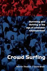 Crowd Surfing af Martin Thomas