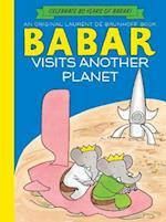 Babar Visits Another Planet (Anniversary Edition) af Laurent de Brunhoff