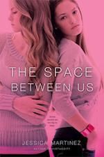 Space Between Us af Jessica Martinez