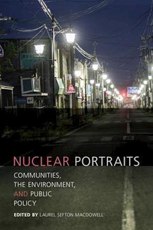 Bog, paperback Nuclear Portraits af Laurel Sefton MacDowell