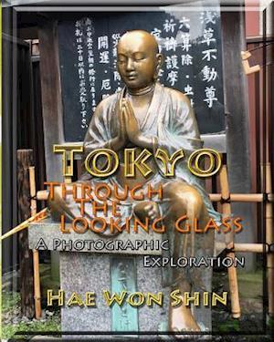 Bog, paperback Tokyo Through the Looking Glass af Hae Won Shin