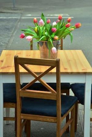Bog, paperback Beautiful Flower Arrangement on the Table at the Cafe af Unique Journal