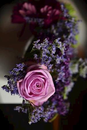 Bog, paperback A Bouquet of Different Purple and Blue Flowers af Unique Journal