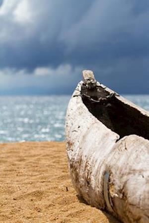Bog, paperback Dugout Canoe on Sandy Beach in Malawi Journal af Cool Image