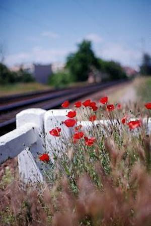 Bog, paperback Vivid Red Poppies by the Train Track af Unique Journal