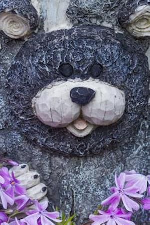 Bog, paperback A Bear Carving on a Tree in a Garden af Unique Journal
