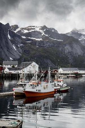 Bog, paperback Boats in the Bay of Reine in Lofoten, Norway af Unique Journal