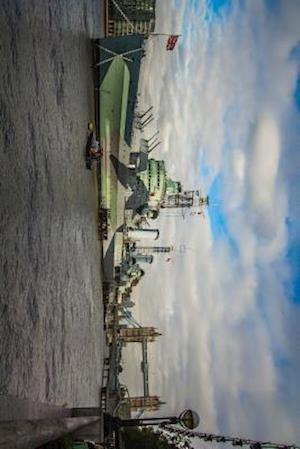 Bog, paperback A British Warship on the Thames River in London, England af Unique Journal