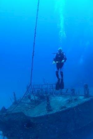 Bog, paperback Diver at Bow of Shipwreck in Utila Journal af Cool Image