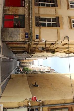 Bog, paperback Street Art in a Narrow Alley in Lyon. France af Unique Journal