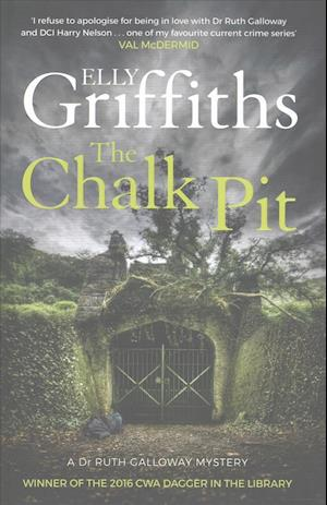 Bog, hardback The Chalk Pit af Elly Griffiths