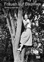 Women in Trees / Frauen auf Baumen