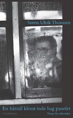Bog, hæftet En hårnål klemt inde bag panelet af Søren Ulrik Thomsen
