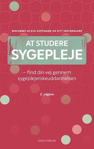 Bog, hæftet At studere sygepleje af Kitt Vestergaard, Redigeret af Eva Hoffmann