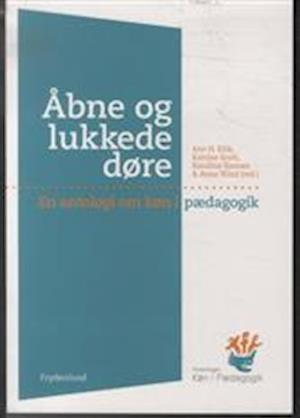 Bog hæftet Åbne og lukkede døre af Ane Kirk Karoline Siemens Katrine Scott