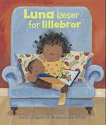 Luna læser for lillebror