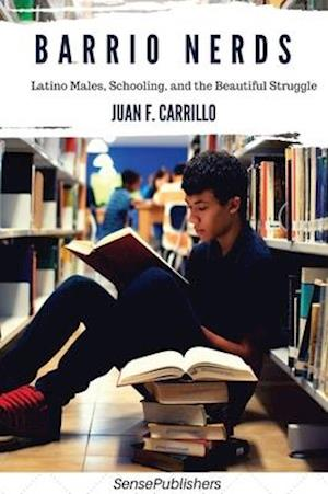 Bog, hardback Barrio Nerds: Latino Males, Schooling, and the Beautiful Struggle af Juan  F. Carrillo